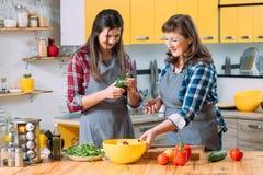 Cuisson culinaire de famille de du jour de nourriture biologique de tendance images libres de droits