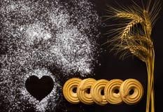 Cuisson d'amour Biscuits et blé sur le fond en bois Photo libre de droits