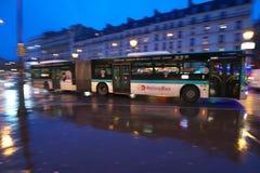 Cuisson d'autobus de Roissy près de Place de Clichy dans le matin pluvieux tôt Images stock