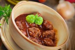 Cuisson d'Italien - billes de viande avec le basilic Image libre de droits