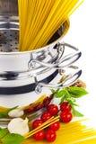 Cuisson d'Italien/pâtes, tomates, basilic? Photo libre de droits
