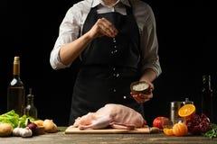 Cuisson d'un canard de fête pour Noël, chef de dîner de réveillon de la Saint Sylvestre Préparation du canard frais Photo horizon image stock