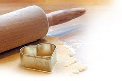 Cuisson d'un coeur avec la goupille et le coupeur de biscuit Photo stock