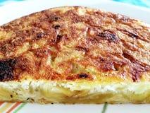 Cuisson d'une omelette espagnole de pomme de terre images libres de droits