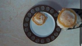 Cuisson d'une omelette pour le petit déjeuner ! banque de vidéos