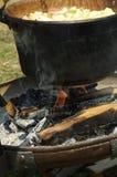 Cuisson dans le chaudron au-dessus du détail du feu photo stock