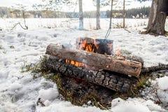 Cuisson dans une hausse d'hiver dans le chaudron accrochant au-dessus du feu Image libre de droits