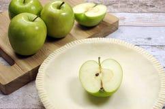 Cuisson de fête de vacances avec une croûte vide de pâtisserie de coquille de tarte avec les pommes vertes crues photos libres de droits