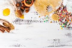 Cuisson de fond Ingrédients pour des biscuits de gingembre photos libres de droits