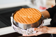 Cuisson de gâteau de vanille dans la casserole chaude hors du four images libres de droits