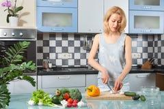 Cuisson de jeune femme Nourriture saine - légume Photo stock