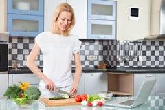 Cuisson de jeune femme Nourriture saine - légume Image stock