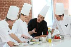 Cuisson de l'équipe dans la cuisine Image stock