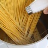 Cuisson de l'eau salée de repas de pâtes de nouilles de spaghetti dans le pot photo libre de droits