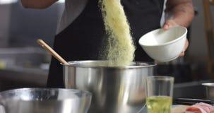 Cuisson de l'espanola de tortilla de pain de pomme de terre Photographie stock libre de droits