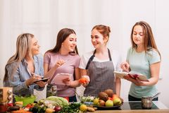 Cuisson de l'expert en matière suivant un régime de recette saine de femmes au foyer image stock