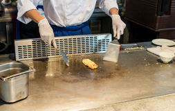 Cuisson de l'omelette sur la casserole chaude Photo stock