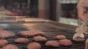 Cuisson de la boulette de viande sur le gril banque de vidéos