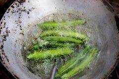 Cuisson de la casserole indigène de légumes de noir vert de boule de poche photographie stock