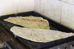 Cuisson de la crêpe turque avec du fromage et la pomme de terre photo stock