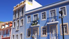 Cuisson de la façade colorée des bâtiments dans Cacilhas, Almada, Portugal un jour ensoleillé d'été clips vidéos