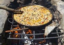 Cuisson de la Paella de pique-nique Images libres de droits