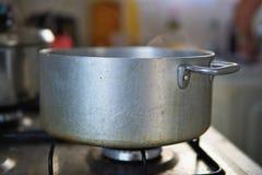 Cuisson de la phase des boulettes dans l'ensemble d'eau bouillante dans le pot en aluminium argenté âgé sur le cuiseur de gaz image libre de droits