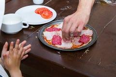 Cuisson de la pizza Image stock