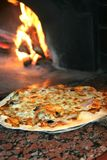 Cuisson de la pizza Photos stock