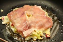 Cuisson de la recette japonaise de crêpe de chou d'Okonomiyaki Images libres de droits