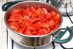 Cuisson de la sauce tomate Images stock