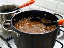 Cuisson de la soupe française traditionnelle à gratin d'oignon Photo libre de droits