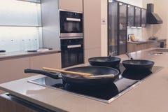 Cuisson de la surface dans une cuisine moderne images stock