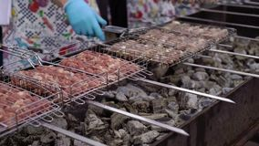 Cuisson de la viande au gril de barbecue banque de vidéos