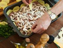 Cuisson de la viande avec des champignons et des portatoes Photo libre de droits