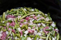 Cuisson de la viande avec des haricots Photo stock