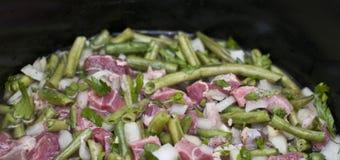 Cuisson de la viande avec des haricots Photos stock