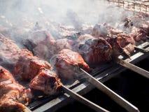 Cuisson de la viande de BBQ Pique-nique en nature avec faire cuire la viande images stock