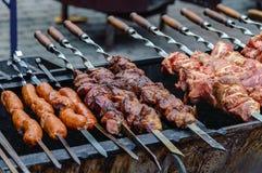 Cuisson de la viande et des saucisses sur des brochettes images libres de droits