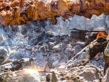 Cuisson de la viande sur l'incendie viande de rôti sur des brochettes sur le feu ouvert Image libre de droits