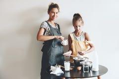Cuisson de maman avec sa fille Images stock