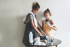 Cuisson de maman avec sa fille Photo libre de droits