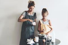 Cuisson de maman avec sa fille Image stock