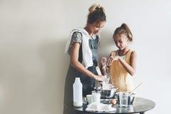 Cuisson de maman avec sa fille Image libre de droits