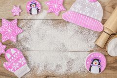Cuisson de Noël Farine pour la cuisson, la goupille, les biscuits de gingembre sous forme de pingouins, les mitaines et les chape photos libres de droits