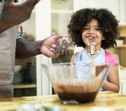 Cuisson de père et de fille dans la cuisine image stock