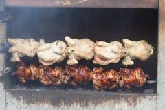 Cuisson de poulet de rôtissoire photos libres de droits