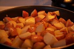 Cuisson de quelques pommes de terre pour le d?ner photos stock