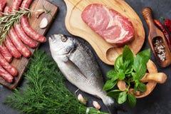Cuisson de saucisses, de poissons et de viande photographie stock libre de droits
