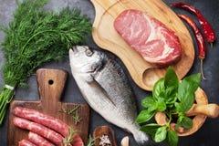 Cuisson de saucisses, de poissons et de viande photo libre de droits
